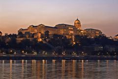 Palais royal hongrois la nuit Photo stock