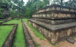 Palais ruiné avec des modèles sur les murs en pierre du 11ème siècle de Polonnaruwa, Sri Lanka Site de patrimoine mondial de l'UN Photographie stock libre de droits