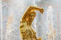Palais St Petersburg, Russie de Peterhof Abaissez la statue d'or de la fontaine grande de cascade de parc Le palais de Peterhof i Image stock