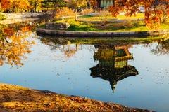 Palais traditionnel coréen Hyangwonjeong de Gyeongbokgung d'architecture à l'automne photographie stock