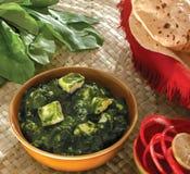 Palak-paneer Curry mit Rotis lizenzfreies stockfoto