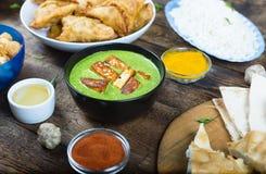 Palak paneer, indisk matlagning, festlig tabell, holicurry, indier, arkivfoton