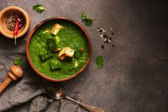 Palak paneer lub ser curry szpinaków i chałupy, moździerz z pikantność na ciemnym tle Tradycyjny India?ski naczynie Odg?rny widok fotografia stock