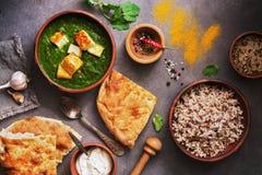 Palak paneer lub ser curry szpinak?w i cha?upy, ry?, pikantno??, naan, na ciemnym tle karmowy indyjski tradycyjny overhead fotografia stock