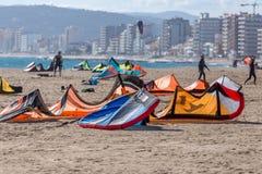 Palamos海湾的风筝冲浪者在2018年3月10日,西班牙的一个非常大风天 库存照片