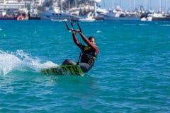 Palamos海湾的风筝冲浪者在2018年3月10日,西班牙的一个非常大风天 免版税库存图片