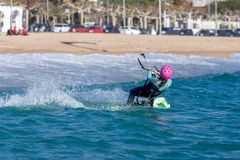 Palamos海湾的风筝冲浪者在2018年3月10日,西班牙的一个非常大风天 免版税库存照片