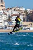 Palamos海湾的风筝冲浪者在2018年3月10日,西班牙的一个非常大风天 库存图片