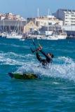Palamos海湾的风筝冲浪者在2018年3月10日,西班牙的一个非常大风天 图库摄影