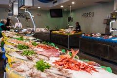 Palamos,卡塔龙尼亚,可以2016年:在海鲜市场上的各种各样的选择 库存图片