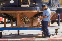 Palamos,卡塔龙尼亚,可以2016年:清洗和修理m的渔夫 免版税图库摄影