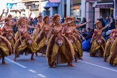 Palamos,西班牙- 2018年2月10日,传统狂欢节队伍在一个小镇Palamos,在卡塔龙尼亚,在西班牙 免版税库存照片