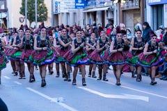 Palamos,西班牙- 2018年2月10日,传统狂欢节队伍在一个小镇Palamos,在卡塔龙尼亚,在西班牙 免版税库存图片