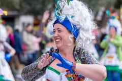 Palamos,西班牙- 2018年2月11日,传统狂欢节队伍在一个小镇Palamos,在卡塔龙尼亚,在西班牙 免版税图库摄影
