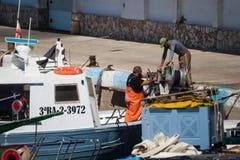 Palamos Catalonia, kan 2016: Fiskare som gör ren och reparerar M Fotografering för Bildbyråer