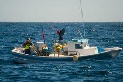 Palamos, Cataluña, puede 2016: Barco de pesca en el mar abierto imágenes de archivo libres de regalías