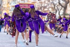Palamos, España - 11 de febrero de 2018, desfile de carnaval tradicional en una pequeña ciudad Palamos, en Cataluña, en España Foto de archivo libre de regalías