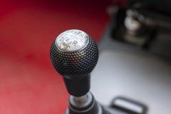 Palanca de la caja de cambios en el coche de la transmisión manual fotografía de archivo
