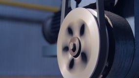 Palanca del primer con vueltas de la correa de transmisión en el compresor almacen de metraje de vídeo
