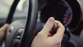 Palanca pusing del conductor de coche en un coche almacen de video