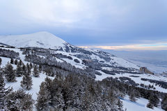 Palandoken, Erzurum, die Türkei bei Sonnenuntergang - Gebirgsskifahren und -Snowboarding Lizenzfreie Stockfotos