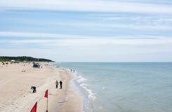 PALANGA LITAUEN - JUNI 13: Sikt på Palanga den sandiga stranden Arkivfoto