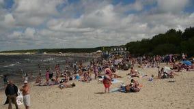 PALANGA LITHUANIA, Lipiec, -, 29, 2017 Ludzie relaksuje, sunbathing i pływa przy Palanga miasta plażą podczas gorącego lata, zdjęcie wideo