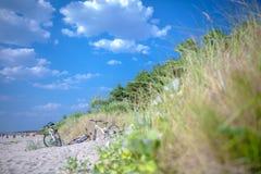 Palanga, Litouwen - 03 Augustus: De mensen ontspannen op zandig strand van de Oostzee Kusttoevlucht bij warme de zomerdag op Oost royalty-vrije stock afbeeldingen