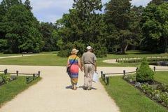 Palanga litouwen 31-2016 de Achtermening van mei van hoger paar die neer in park van het Ambermuseum lopen stock afbeelding