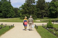Palanga lituania 31 de mayo - vista posterior 2016 de los pares mayores que caminan abajo en el parque del museo ambarino imagen de archivo