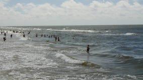 PALANGA, LITUANIA - julio, 29, 2017 Gente que se relaja, tomando el sol y nadando en la playa de la ciudad de Palanga durante día almacen de metraje de vídeo