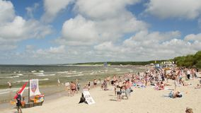 PALANGA, LITUANIA - julio, 29, 2017 Gente que se relaja, tomando el sol y nadando en la playa de la ciudad de Palanga durante ver metrajes