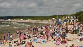 PALANGA, LITUANIA - julio, 29, 2017 Gente que se relaja, tomando el sol y nadando en la playa de la ciudad de Palanga durante ver almacen de video