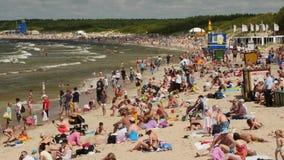 PALANGA, LITUANIA - julio, 29, 2017 Gente que se relaja, tomando el sol y nadando en la playa de la ciudad de Palanga durante ver almacen de metraje de vídeo