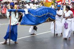 Palanquin-Fördermaschinen stehen tagsüber Perahera in Kandy, Sri Lanka still lizenzfreie stockbilder
