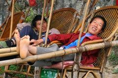 Palanquin-Träger warten auf Besucher in Heng-Bergen stockbilder
