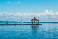 Palapa à l'extrémité du dock photographie stock libre de droits