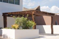 Palapa-Artdach des Parkplatzes für ein Auto bei Isla Mujeres stockbilder