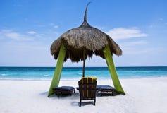 Palapa de relajación, en una playa tropical fotos de archivo