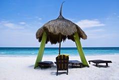 Palapa de relajación, en una playa tropical Foto de archivo