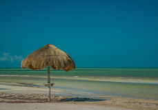 Palapa parasol wzdłuż Karaibskiej plaży na Isla Holbox Meksyk Fotografia Stock
