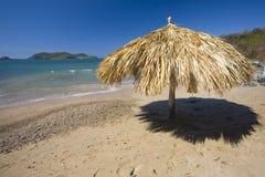 Palapa solitario en una playa Foto de archivo libre de regalías