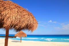 Palapa Sonnedach-Strandregenschirm in Karibischen Meeren Stockbilder
