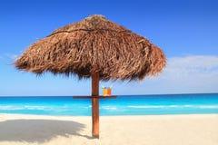 Palapa Sonnedach-Strandregenschirm in Karibischen Meeren Lizenzfreie Stockfotos