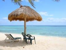 Palapa van het strand op de Caraïbische kust Royalty-vrije Stock Foto