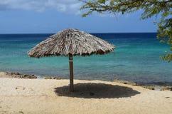 Palapas abandonné sur une plage blanche de sable dans Aruba Images stock