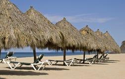 Palapas della spiaggia dall'Oceano Pacifico messicano immagine stock