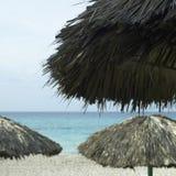 Palapas op het strand stock afbeelding