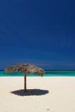 Palapas sulla spiaggia di Holguin in Cuba immagine stock libera da diritti