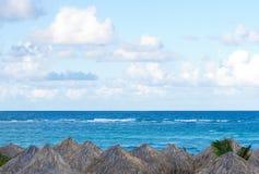 Palapas y el océano Imágenes de archivo libres de regalías